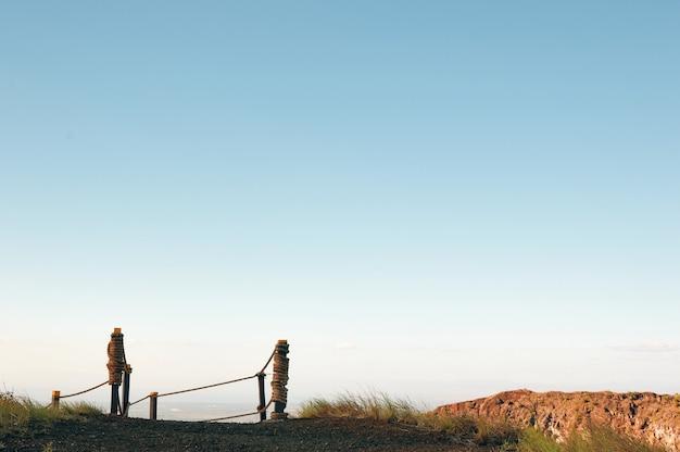 Конец пешеходной тропы на вершине горы.