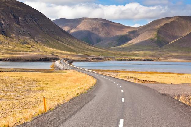 美しい山の風景を通る無限の高速道路