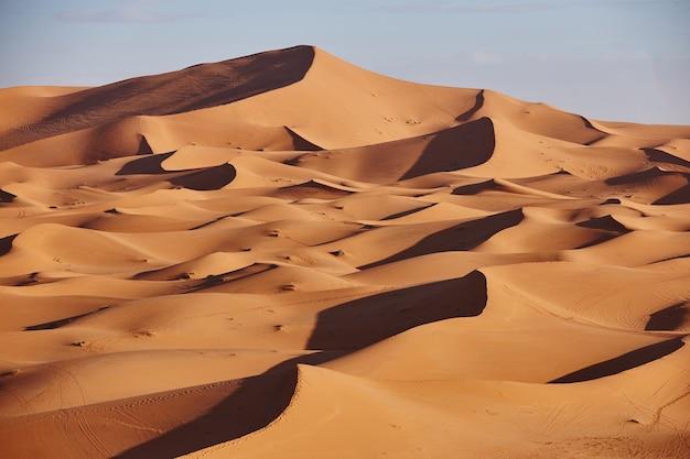 Бескрайние пески пустыни сахара. красивый закат над песчаными дюнами пустыни сахара марокко африка