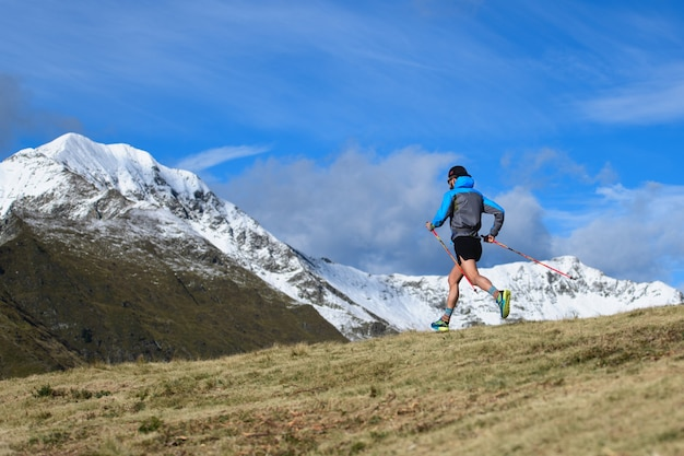 Горная гонка на выносливость. человек с палками под гору