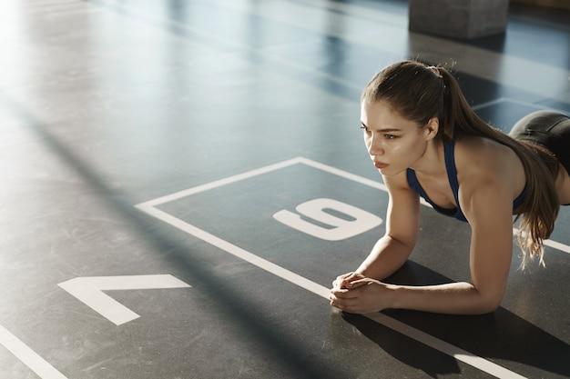 耐久性、スポーツ、健康的なライフスタイルのコンセプト。サイドショットフォーカス