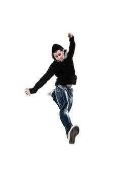 Энергичный и харизматичный парень-рэпер танцует брейк-данс