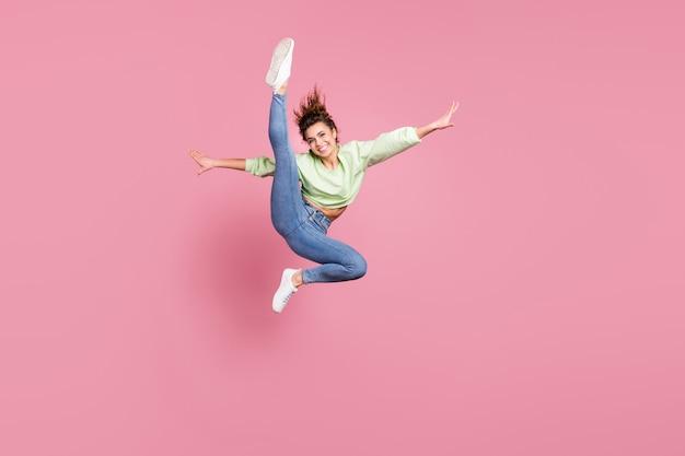 Энергичная жизнерадостная девушка прыгает делая упражнения