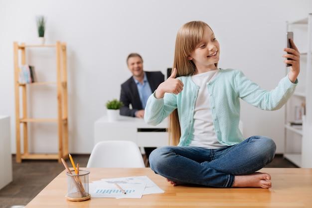 아빠 사무실에서 하루를 보내고 경험을 즐기는 활기차고 창의적인 창의적인 아이