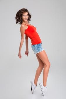 모션에서 활기찬 춤 젊은 여자