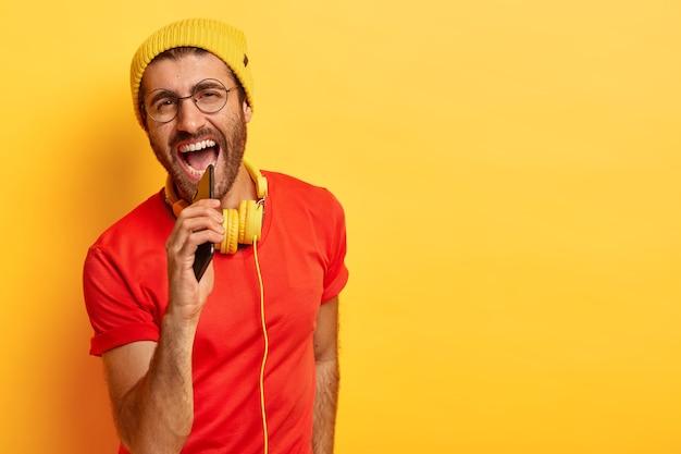 활기찬 긍정적 인 남자가 큰 소리로 노래