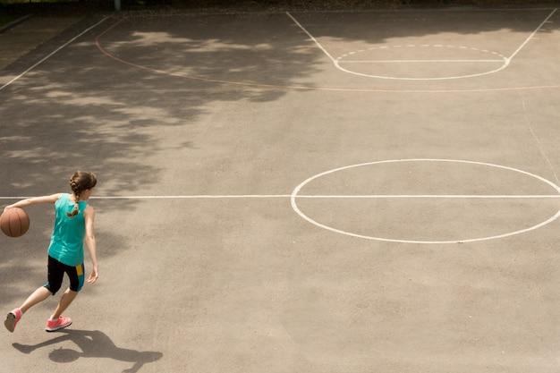 バスケットボールをしているエネルギッシュな10代の少女