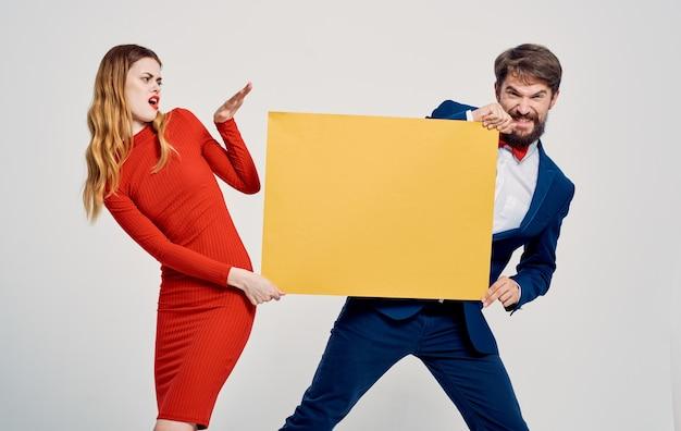 Энергичная женщина и мужчина с желтым листом бумаги рекламный макет плаката.