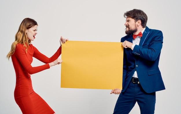 Энергичная женщина берет макет плаката из рук мужчины реклама