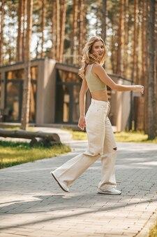 Энергичная молодая женщина гуляет в парке