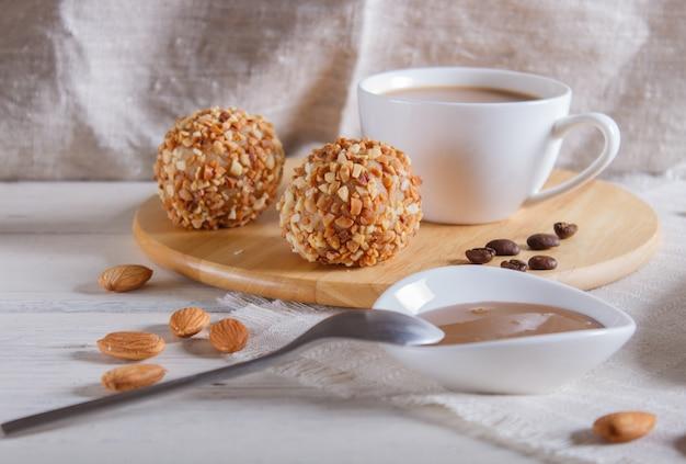エネルギーボールは、リネンのナプキンに木の板にナッツとケーキします。
