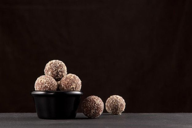 ナツメヤシ、アーモンド、松の実、プルーン、蜂蜜で作られたエネルギーボール