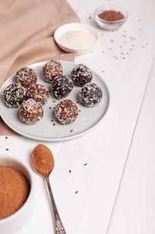Энергетические шарики на тарелке с ингредиентами