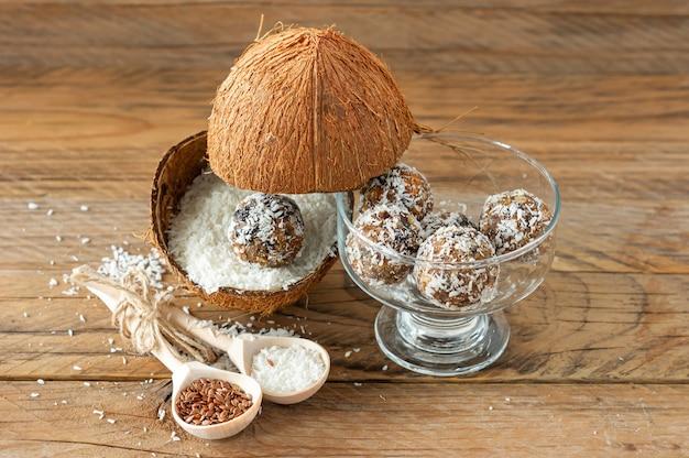 에너지 볼, 수제 과자 적절한 영양. 대추야자, 살구, 아몬드, 코코넛으로 꿀과 함께 만듭니다.