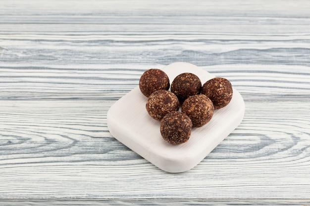 코코넛이 들어간 에너지 볼, 수제 적절한 영양 과자.