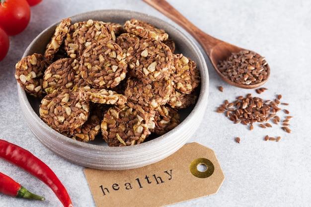 Энергетическое печенье или хрустящие хлебцы из кунжута, семян льна