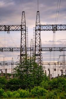 에너지 분배 네트워크. 주황색과 노란색 일몰에 대한 전기 철탑입니다. 선택적 초점입니다.