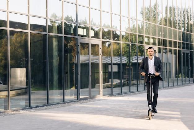 Энергоэффективный туристический автомобиль концепция деловой человек на электрическом скутере в современном эко города