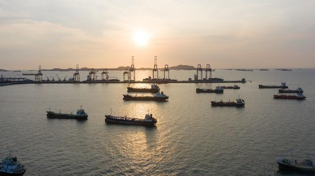 輸送貿易のためのエネルギー輸出入事業。船舶のグローバルロジスティクスと海上港でlpgと石油タンカーを運ぶ船の空中のトップビュー