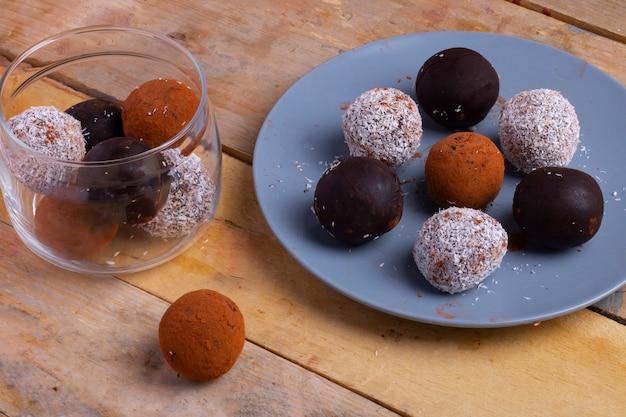 エネルギープロテインボール。日付、ピーナッツバター、亜麻とチアの種子、オート麦、アーモンド、チョコレートドロップで作った自家製。
