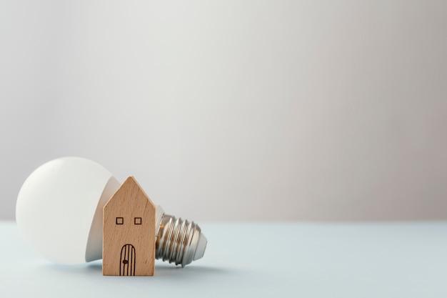 Энергосберегающая лампочка на столе