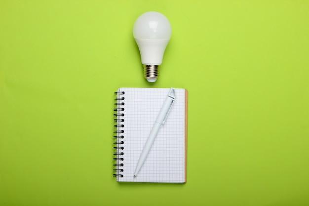 에너지 절약 개념. 녹색 배경에 led 전구와 메모장. 나는 아이디어가!