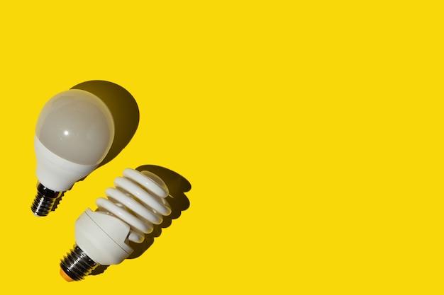 黄色の背景に省エネ電球