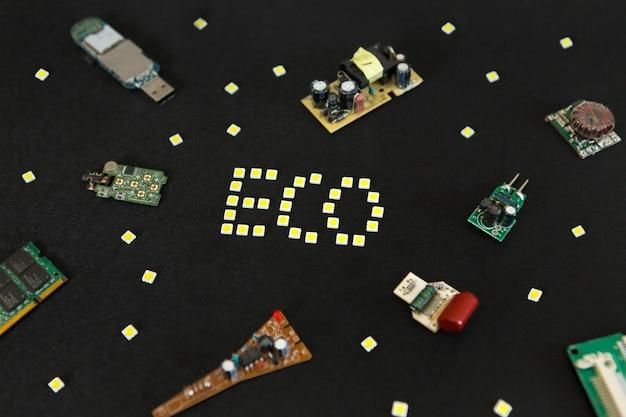 コンピューターボード、ドライバー、黒の背景に省エネコンセプトの省エネ発光ダイオードランプ。エネルギー節約のコンセプトled、環境にやさしい、地球温暖化、フラットレイトップビュー