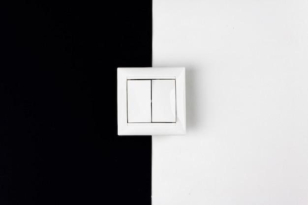 Концепции энергосбережения, питания, электричества и образа жизни. на бумаге черно-белый фон