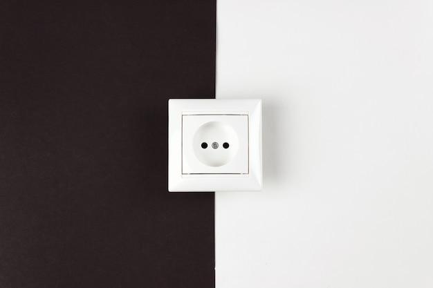 Концепции энергосбережения, питания, электричества и образа жизни. белая розетка на бумаге черно-белый бак