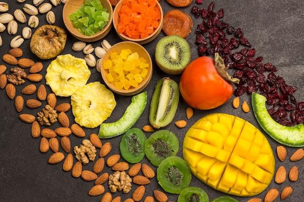 Energy snack цукаты, сухофрукты орехи. овощная веганская еда. концепция здорового питания.