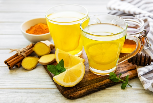 Энергетический тонизирующий напиток с куркумой, имбирем, лимоном и медом