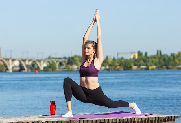 에너지. 젊은 여성 운동 선수, 여자 훈련, 가을 햇살에 야외에서 연습