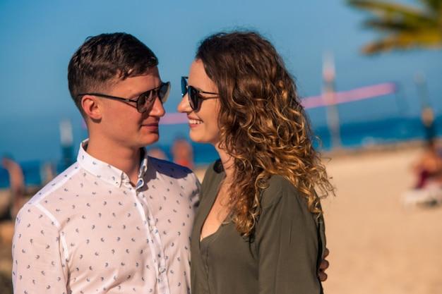 도미니카 공화국 바야히베 해변에서 약혼한 커플