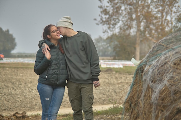 Помолвленная пара прогуливается по сельской местности в северной италии