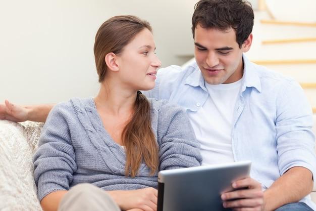 タブレットコンピュータを使用している婚約したカップル