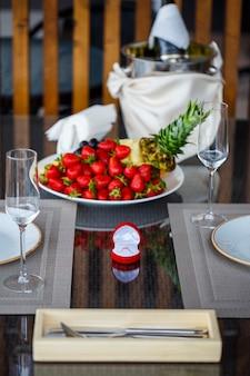 과일 배경에 있는 빨간 상자에 있는 소녀를 위한 약혼 금 보석 반지
