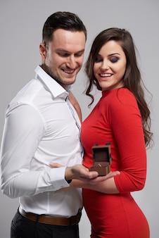 最愛の女性のための婚約指輪 無料写真