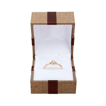 우아한 주얼리 박스에 담긴 화이트 골드와 진주 약혼 반지.