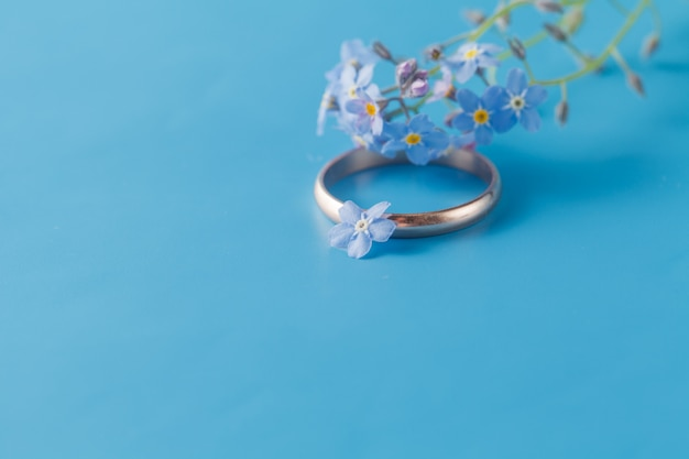 Engagement ring with forget-me-not / romantic scene