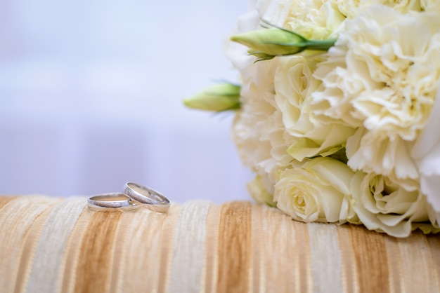 Обручальные кольца и свадебный букет