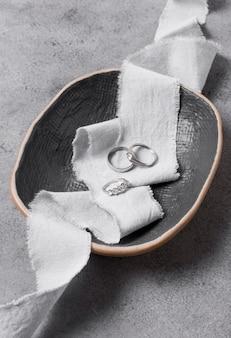 Обручальные кольца в расположении чаши