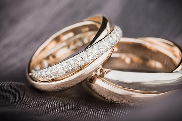 배경에 약혼 반지를 닫습니다.