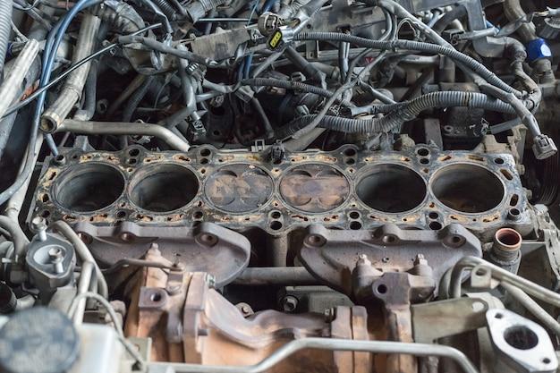 차고의 엔진 6 실린더