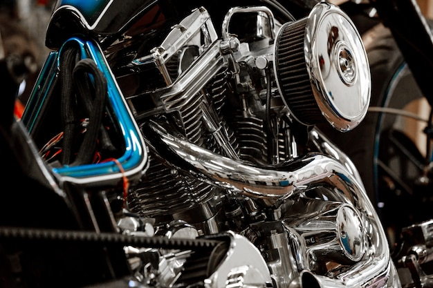 Двигатель крупным планом выстрел из красивых и на заказ мотоцикла