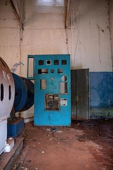 버려진 소수력발전소의 엔진룸