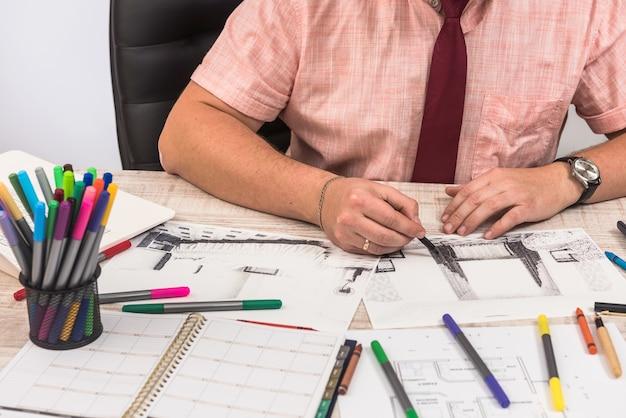 엔지니어 및 건축가 개념 디자이너 크리에이티브 스케치 계획 청사진 및 색상 샘플러 작업