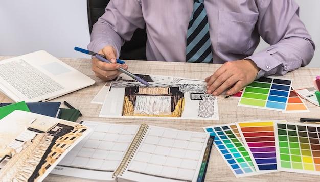 エンジニアと建築家のコンセプトスケッチプランの青写真とカラーサンプラーを使用したデザイナークリエイティブ
