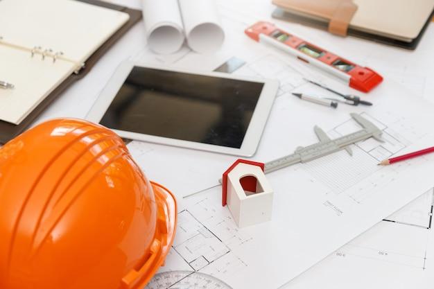 エンジニアと建築家のコンセプト、エンジニアアーキテクトと設計図を扱うインテリアデザイナー