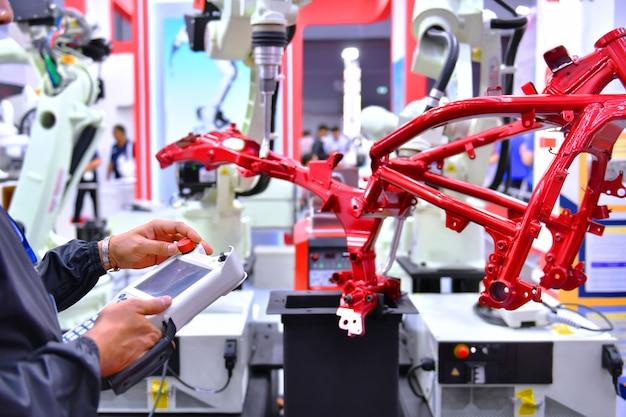 공장 내 오토바이 공정의 자동차 구조용 엔지니어 점검 및 제어 자동화 로봇 암 기계